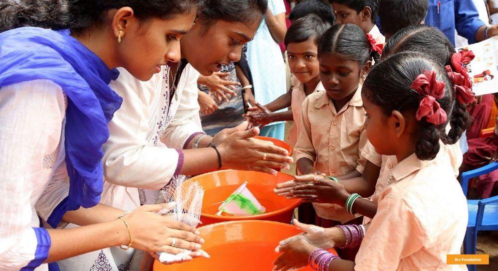 Niños lavándose las manos durante el día mundial del lavado de manos